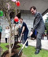 Cérémonie de plantation d'un arbre à la FAO à l'occasion du centenaire de l'Association mondiale des Guides et des Éclaireuses (WAGGGS)