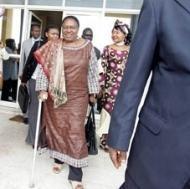 Miriam Makeba besöker våldtagna överlevare i Demokratiska Republiken Kongo