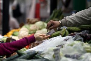Matpriserna faller något men ligger kvar på höga nivåer