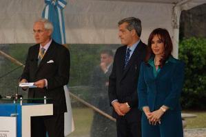 La Présidente de Kirchner plante un arbre à la Casa Rosada pour ouvrir le XIII Congrès forestier mondial